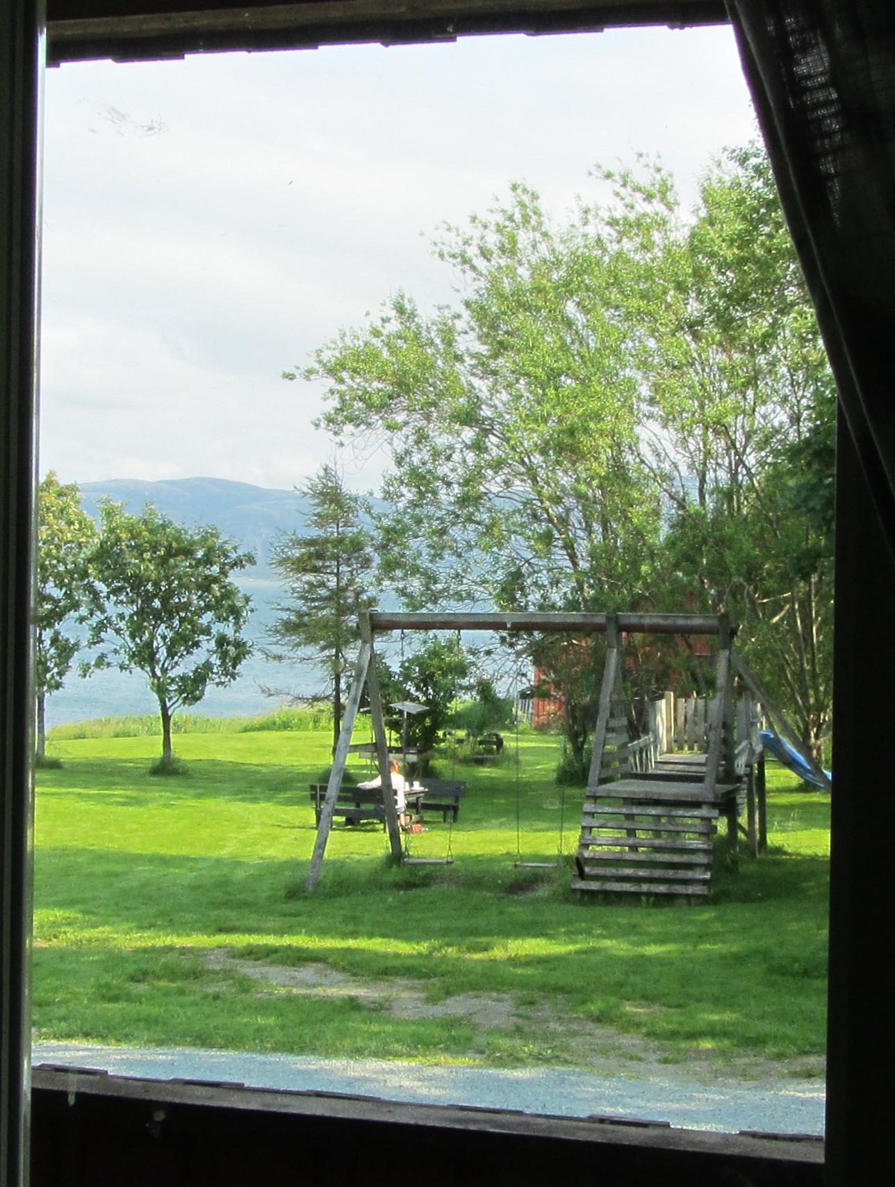 Utsikten fra kjøkkenvinduet i utleieleiligheten på Austrått Camping og Motel