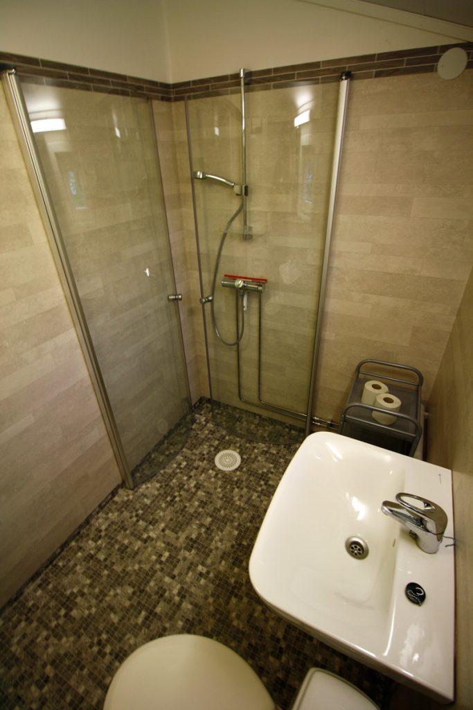 Bad i nyrenovert hytte på Austrått Camping og Motel