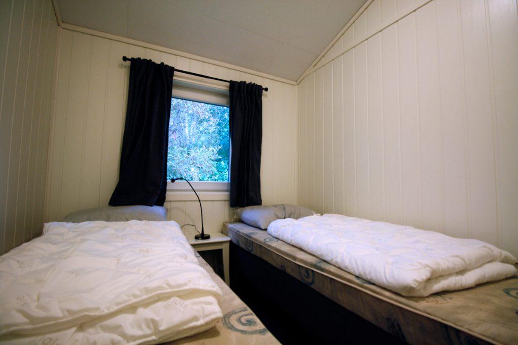 Soverom 1 i nyrenovert hytte på Austrått Camping og Motel